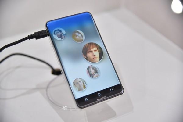Sharp показала безрамочный смартфон нового поколения под названием Corner R