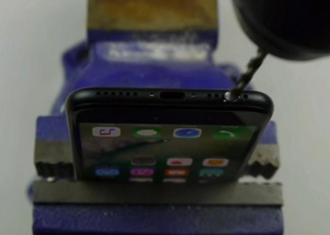 ВСША блогер просверлил дрелью разъем для наушников вiPhone 7