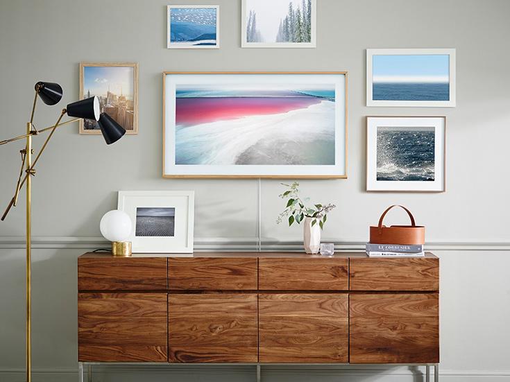 Благодаря датчику освещенности, телевизор Samsung The Frame автоматически корректирует яркость и цветовую температуру изображения