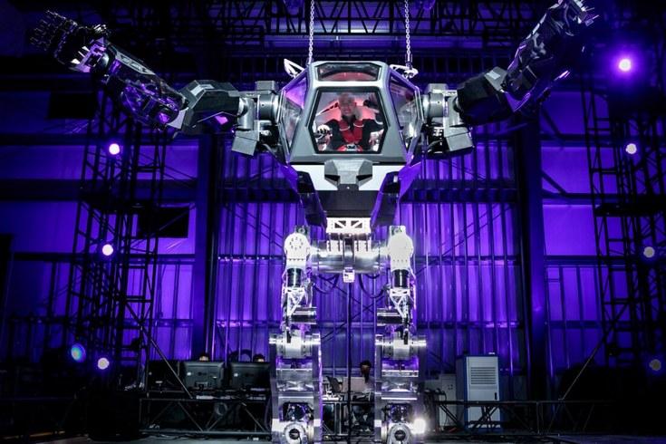 Руководитель Amazon протестировал огромного человекоподобного робота