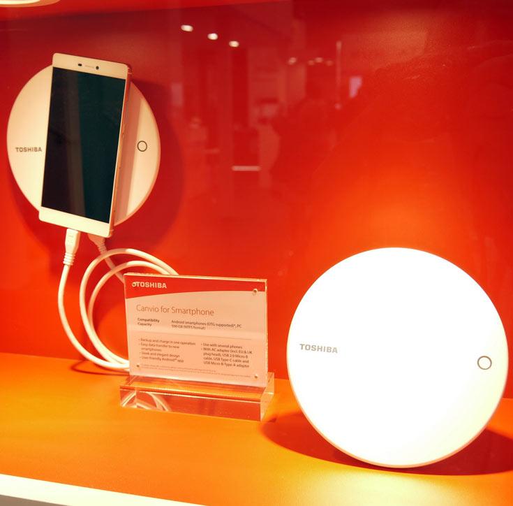 Внешний накопитель Toshiba Canvio for Smartphone позволяет легко организовать резервное копирование информации, хранящейся в памяти смартфона