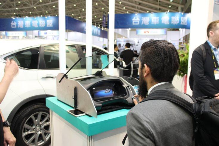 Новый дисплей требует интеграции специальной пленки в многослойное стекло
