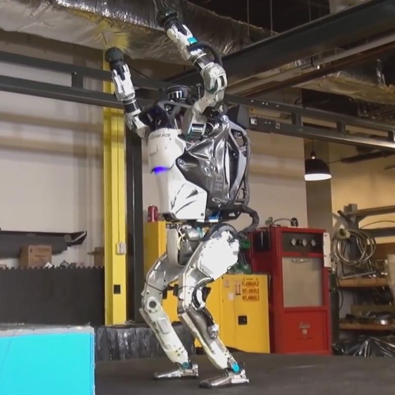Робот Boston Dynamics Atlas научился запрыгивать на препятствия