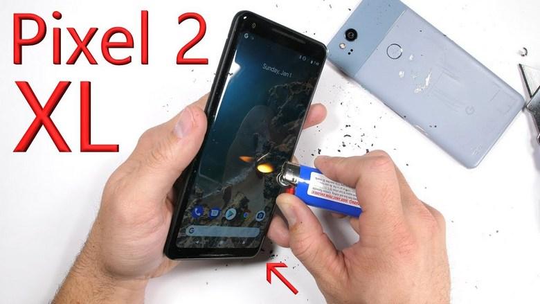 Смартфон Google Pixel 2 XL не трескается при попытке его согнуть