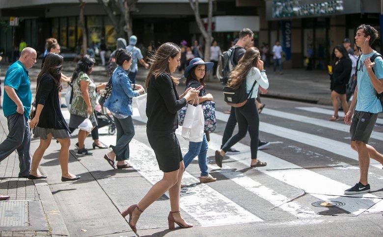 ВГонолулу начнут облагать штрафом пешеходов, уткнувшихся всмартфон