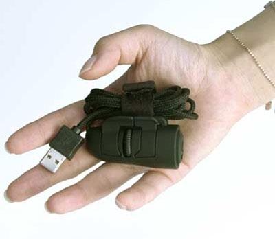 Подключается в разъем USB.  На ее поверхности пользователь найдет 2 кнопки и колесико прокрутки (скролл).