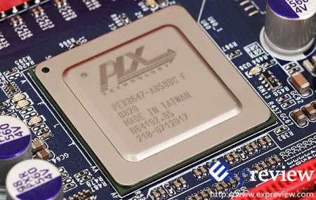 Между разъёмами PCI Express можно заметить чип PLX, такой же, как используется на решениях Radeon HD 4870 X2 как мост...
